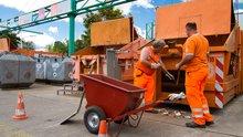Beschäftigte auf Recyclinghof