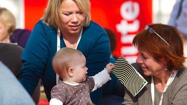 Kind mit Delegierten im Ruhebereich